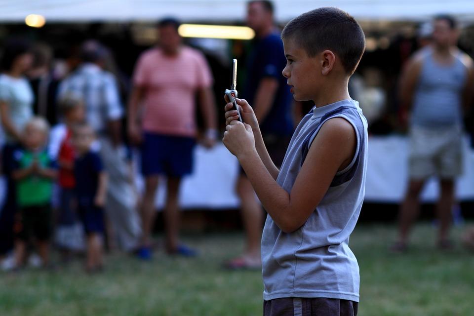 otrok in mobitel