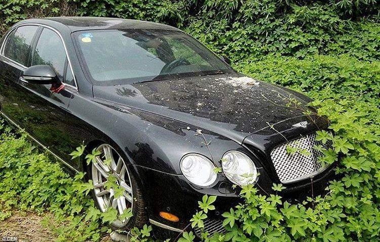 Bentley prepuščen vremenskim razmeram pod milim nebom. Foto: 500Plus HP For Sale