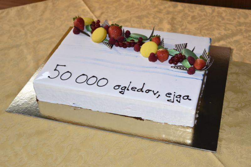 """Na torti je pisalo """"50.000 ogledov, ejga"""", čeprav so na podelitvi prejeli kar tri zlate role za 75.000 gledalcev. Tudi sicer si je film ogledalo že več kot 82.000 ljudi."""